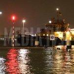 Kades overstromen door hoogwater in Rotterdam : http://t.co/3cG5ses9cp http://t.co/EiL6xuBiGJ
