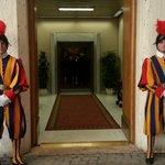 RT @FCBayern: Die Privataudienz beim Papst beginnt in wenigen Minuten. Hier ist der bewachte Eingang. http://t.co/pSM9r8gWqL