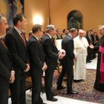 RT @FCBayern: Riesenehre! Der #FCBayern zu Gast bei Papst Franziskus. http://t.co/ikJl3kb7rx