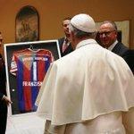 Philipp #Lahm und @Manuel_Neuer überreichen dem Heiligen Vater ein unterschriebenes #FCBayern-Trikot. http://t.co/DoIPm6fQUM