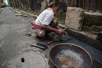 #India scavengers pan for gold in drains outside jewellery workshops for as low as S$3.10/day http://t.co/eUEysagj4c http://t.co/9YNQQWOT1i