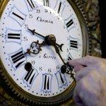 В ночь с 25 на 26 октября все стрелки часов в России будут переведены на час назад http://t.co/ZJR0YjyLR9 http://t.co/Eo3SOtFyhK