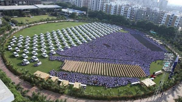 บริษัทส่งออกเพชรในอินเดีย แจกโบนัสพนักงานเป็นรถเก๋ง 400 คัน, เพชร 600 ชิ้น, คอนโด 200 ห้อง http://t.co/0pojQ4I0OG http://t.co/HKkylvvJ7X