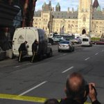 Au Canada, une fusillade éclate dans le Parlement, à Ottawa. Vidéo >> http://t.co/vEzGXUsq3E http://t.co/X22KuazrKE