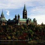 Coups de feu devant le Parlement canadien, un soldat blessé http://t.co/DaF8OcYS7m http://t.co/yCwP3nFegt
