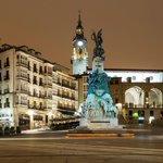 RT @MeGustaVitoria: Emblema de @vitoriagasteiz. Tan preciosa de día como de noche, soleada o nevada. PLAZA DE LA VIRGEN BLANCA. http://t.co/EV8GFZD2F8