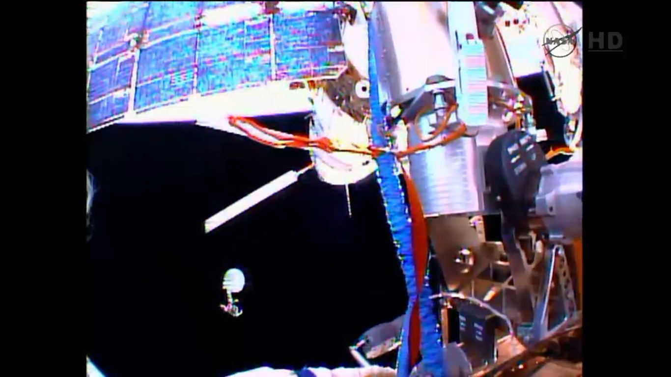#spacewalk going well at #ISS. 1st of 2 KURS antennas has left the station. http://t.co/BojbSAzvCa