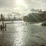 RT @abendblatt_hh: Autos lieber woanders parken! RT @j_bohne: #Fischmarkt unter Wasser #Hamburg #StPauli #Hochwasser #Sturmflut http://t.co/fhsJ94ggHx