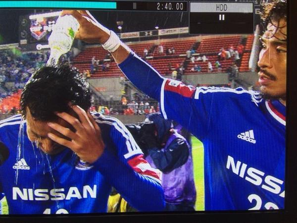 ヒーローインタビューで佑二からの手荒い祝福を受けるフジくんw 「中澤選手からの祝福も嬉しいでしょう」ってふられて「ありがたいです」って言わされてたw http://t.co/zlWLpCcnUQ