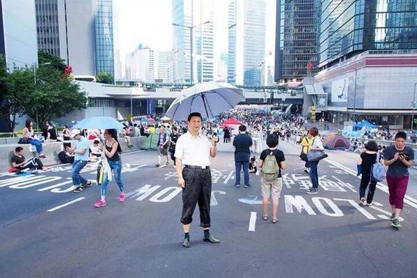 """香港网民的二次创作实在绝!习包子举伞的得奖摄影照片即时成为占中的""""恶搞图""""图片:香港facebook   #OccupyHK http://t.co/zgYKvT3ZMM"""