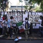 RT @Univ_Mundo: Protestan en embajada de Argentina en apoyo a normalistas de Ayotzinapa http://t.co/Ius8rJA9KD http://t.co/3tavFx2nyA