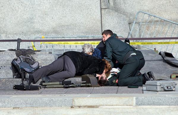 Wow. A woman gave mouth-to-mouth to the fallen soldier at War Memorial hours ago. @newhot899 #PrayForOttawa http://t.co/SDkCuvdiRY