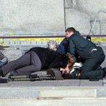 RT @itele: #Canada > image terrible dune femme tentant de réanimer désespérément le soldat tué par balle à #Ottawa (@scottbix) http://t.co/E24XDhqpvC