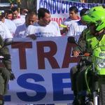 Transportadores de #Bucaramanga bloquean con marcha la carrera 15 hasta la Puerta del Sol. http://t.co/FW909p7Cqc http://t.co/ic7QbIQl3G