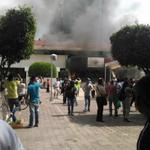 Manifestantes toman e incendian el palacio municipal de #Iguala http://t.co/F7BdFVaEN3 Foto de @rubenseries http://t.co/PFyG8zqPGf