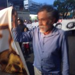 El maestro Francisco Toledo participa en la marcha pro Ayotzinapa organizada en #Oaxaca por la @SECCIONXXII http://t.co/u1fUBoIOv0