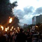 Con velas y antorchas, acompañan el tramo de la marcha rumbo al Zócalo #Ayotzinapa http://t.co/2nMIVX6vdh