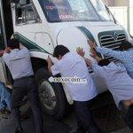Hartos de tanto bloqueo, ciudadanos quitan urbano para poder pasar, se confrontan con manifestantes #Oaxaca http://t.co/qUDqPt66Gu