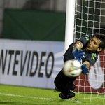 Hilario Navarro mostró el papel que tenía para la definición por penales ante Peñarol. Miralo: http://t.co/pWaEoeSKss http://t.co/bUAzhCE2N0