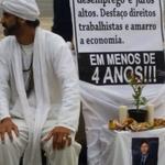 RT @Greenhalgh_: Apenas um eleitor de Dilma, muito bem-humorado, apareceu onde a massa de FHC e Aécio não deu as caras. É Dilma 13! http://t.co/wcwBoS7Ymo