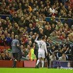 Limage du soir : Les supporters de Liverpool qui ovationnent Ronaldo à sa sortie #LIVRMA http://t.co/x89HX9Vkeo