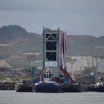Ya la compuerta está en el muelle de Cocolí. Llegó a su destino. #canaldepanama #Panamá http://t.co/m65dehNyeT