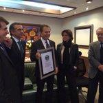 #DonAlfonso recibe el certificado oficial de @GWR con la presencia de @vazquezdonoso, Gerente general de #Ecuavisa. http://t.co/RIaF8tf02w