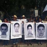 Familiares encabezan marcha en DF para exigir regreso de 43 normalistas.#AyotzinapaSomosTodos @WallaceIsabel @UNAM_MX http://t.co/0RJebiNwRn