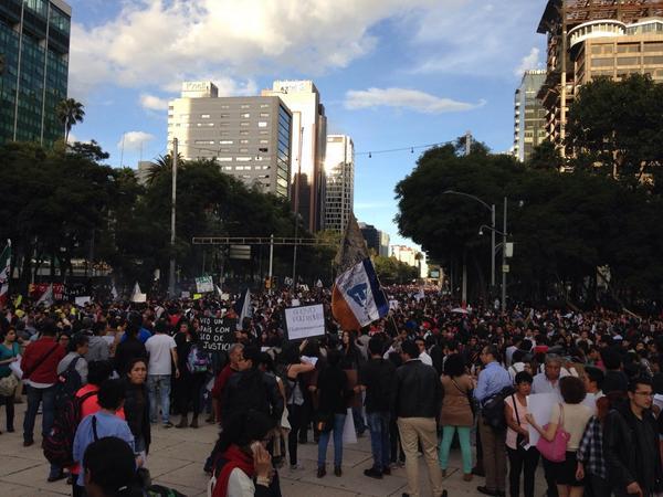 Miles #UnaLuzPorAyotzinapa http://t.co/gYT9cSMLy5