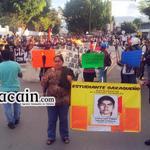 Con antorchas marchan organizaciones sociales y estudiantes se dirigen al Zócalo, extreme precauciones #Oaxaca http://t.co/OOesI1evCB