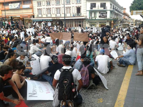 """@elgolfoveracruz: Estudiantes de #Xalapa se manifiestan #AyotzinapaSomosTodos http://t.co/D2kK839UUg @epigmenioibarra"