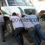 #LaImagen Automovilistas se unen y remueven urbano para abrir vialidad y sortear el bloqueo #Oaxaca @Betillocruz http://t.co/0DGbBsssvB