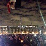 ¡No están solos! Grita el Zócalo al unísono. #AyotzinapaSomosTodos Foto de @Cencos http://t.co/6YMbKDm9m5
