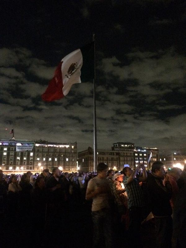 Así se ve en el Zócalo #Ayotzinapa #TodosSomosAyotzinapa #EPNBringThemBack http://t.co/e7ZDve9n2v
