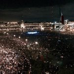 Manifestantes de #Ayotzinapan en el Zócalo #CDMX http://t.co/C6ZnLAs2HJ