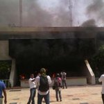#NotasDelDíaA7 Manifestantes incendian Ayuntamiento de Iguala, #Guerrero #TodosSomosAyotzinapa http://t.co/TEKC57WjMQ http://t.co/5BmQxzgJFW
