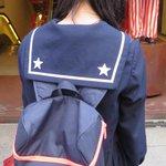 道頓堀で見たちょっと変わった制服。 セーラー服の襟に星。そして、前に回ってみるとリボン留めにも星。 北海道の高校生でした。 写真撮らせてくれてありがとう! http://t.co/Fe7yZLiUSn