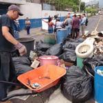 Vecinos de Mejicanos sacaron a la calle la basura en protesta. Foto (J. Anaya) http://t.co/i0cR12y4mQ