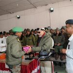 PM Modi exchanging Diwali gifts with Officers and Jawans of Indian Army at Siachen Base Camp #DiwaliInTheValley http://t.co/ap80xEL9gE