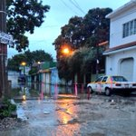 Cerrada 7a sur oriente en dirección a panteón municipal por agua anegada por la lluvia. #Tuxtla http://t.co/zhFH314lBQ