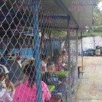 """Promontorios de #Basura cerca del cafetín del C.E """"República del Perú"""" en Mejicanos. Aseguran tiene días sin retirada http://t.co/lJQSRx6xWY"""