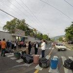 Comparte @staroflife39: Profesores de centro escolar República de Perú bloquean calle Zacamil con basura http://t.co/CKAKyEWukz