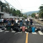 Informa @UrquilloSV: Cerrada por completo calle Zacamil fte a Instituto Rep.Perú por basura en la vía http://t.co/qOl7s9GasD