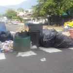 Continuan sacando la basura a la calle de centro Escolar República de Perú en la Col. Zacamil. @teledos_tcs http://t.co/urqVAIsZw5
