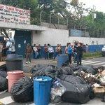 Profesores del centro escolar República del Perú han bloqueado la calle Zacamil. Foto J. Funes http://t.co/zX6k8ZMiVc
