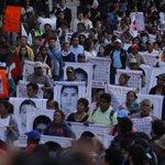"""RT @Pajaropolitico: En la marcha se contó en voz alta del uno al 43. """"Justicia, justicia"""", se pide. #VIDEO http://t.co/bPBbZv6N0L http://t.co/XmuLjHts1M"""