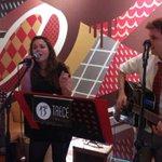 Que buena música en la Cena Solidaria de la @WomensCup en #Barcelona @arenasdebcn con TreceMusic http://t.co/wb199Fb6wf