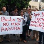 Cansados de la basura en el C.E Rep.del Perú,profesores bloquearon la calle Zacamil con los desechos @TN21sv http://t.co/uPGUNPg2q7