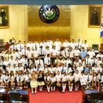 Jóvenes diputados por un día esperan inicie la plenaria que estaba programada a las 9:30 am. Foto M. Rivas http://t.co/o4f3UA8RCc