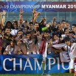 تتويج لاعبوا منتخبنا الوطني للشباب بلقب كأس آسيا تحت 19 سنة، بعد فوزهم في المباراة النهائية على كوريا الشمالية 1-0 http://t.co/0J1D5PIPkT